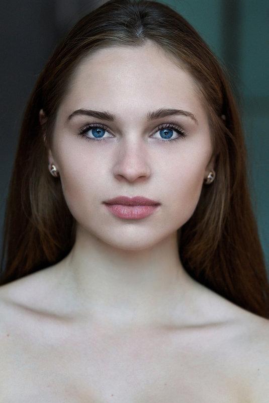 Портрет у окна - Алексей Щетинщиков