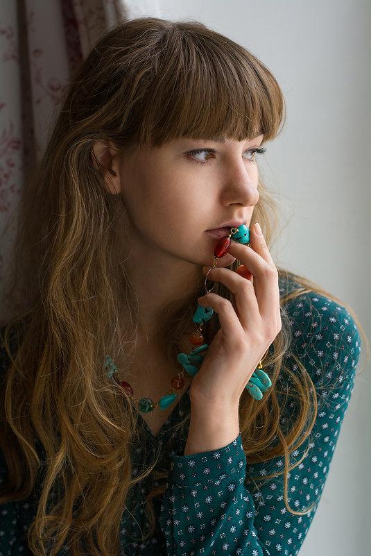 Девушка у окна - Nadezhda Slepicheva