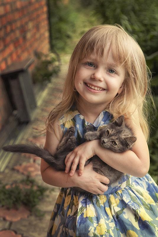 Девочка с котёнком. - Лилия *