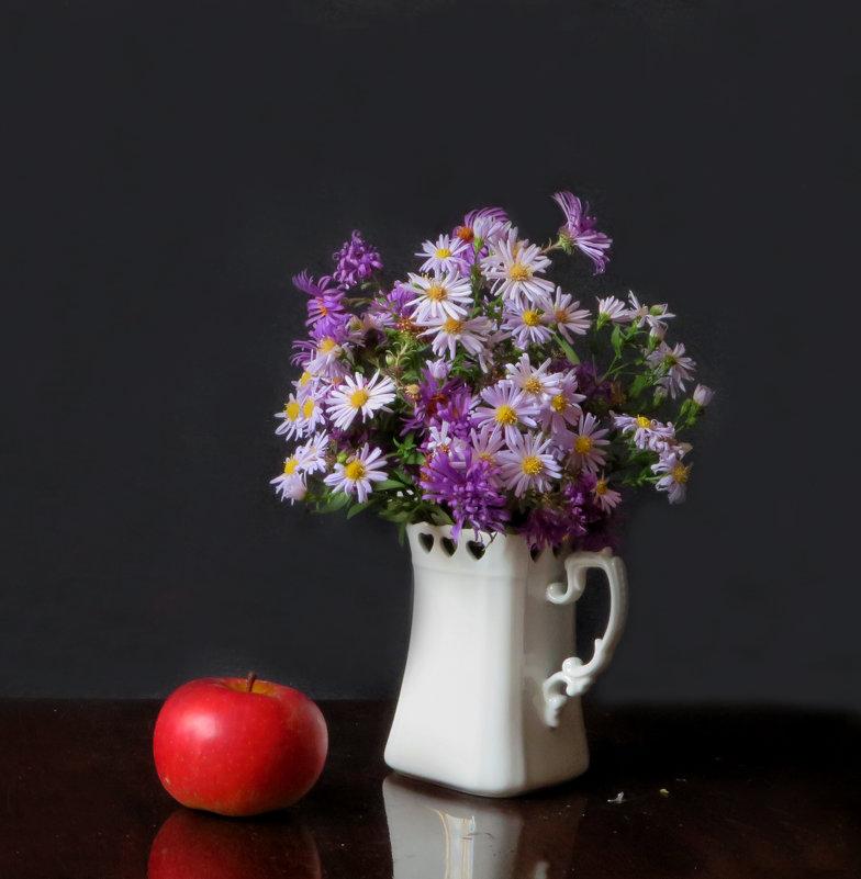 С яблоком - Наталья Джикидзе (Берёзина)