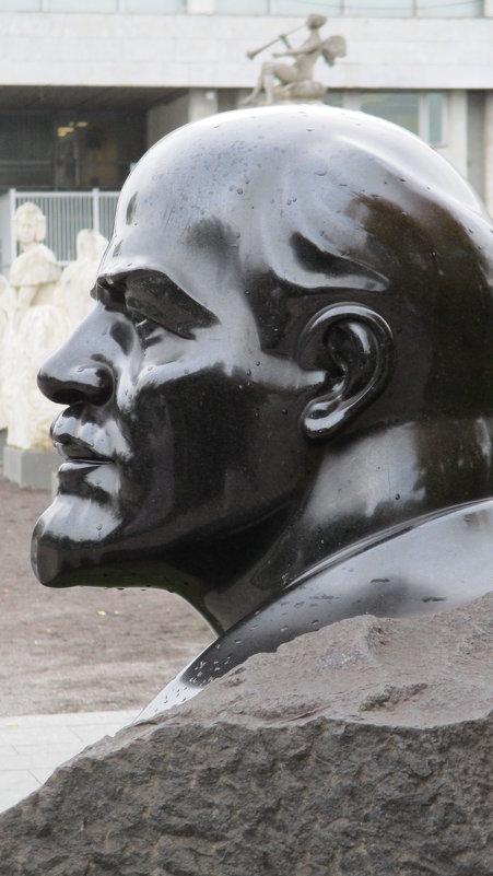 """Взгляд из парка """"Музеон""""...Ленин - Владимир Павлов"""
