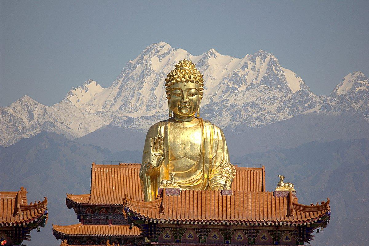 Золотой Будда на  фоне Тянь Шаня - Виталий Селиванов