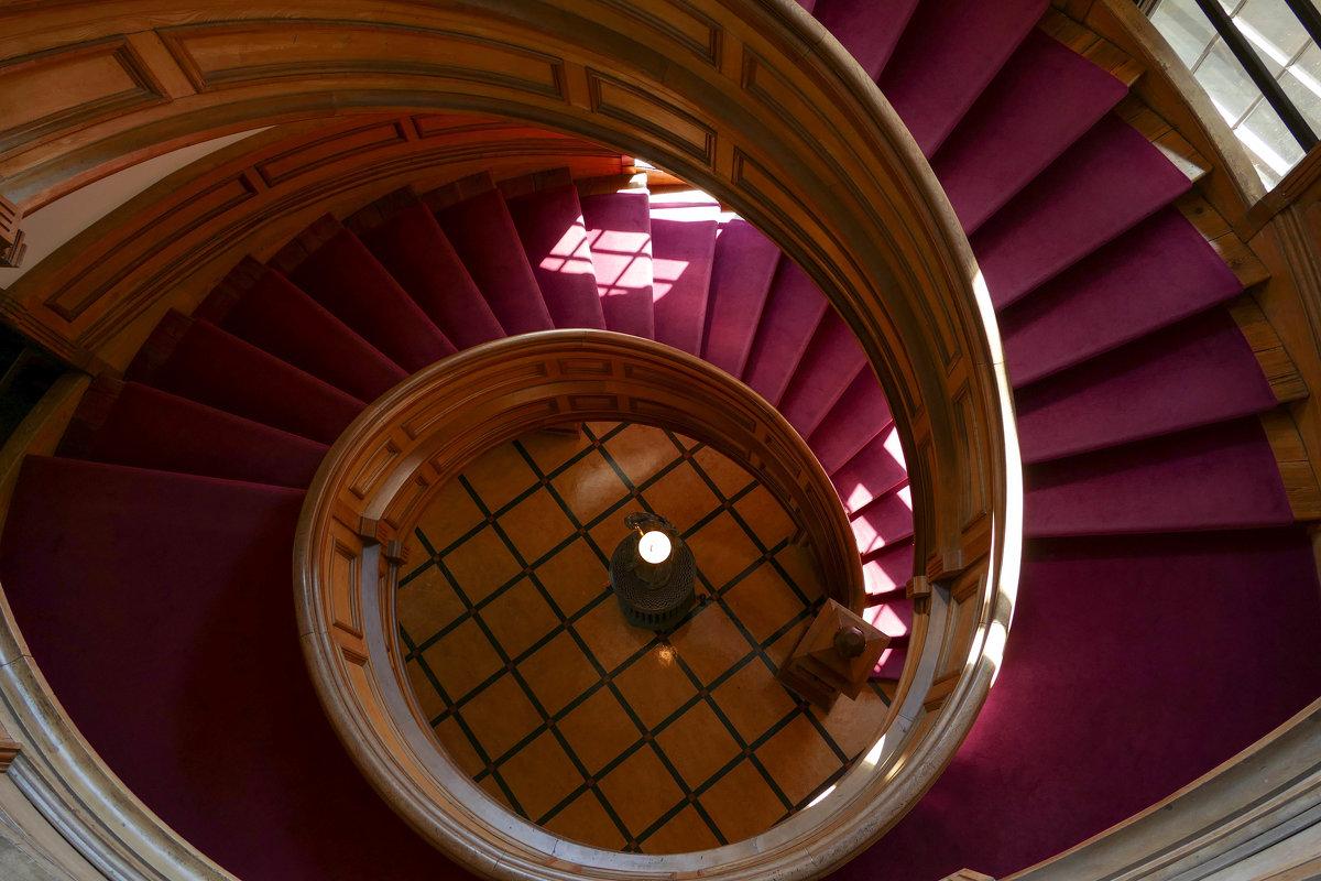 Вниз по служебной лестнице... Фонарь внизу см. на след. снимке! - Юрий Поляков