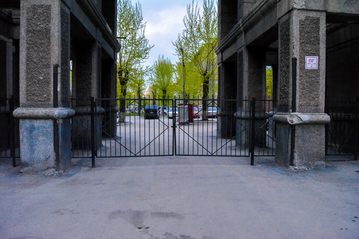 Ворота во двор - Света Кондрашова