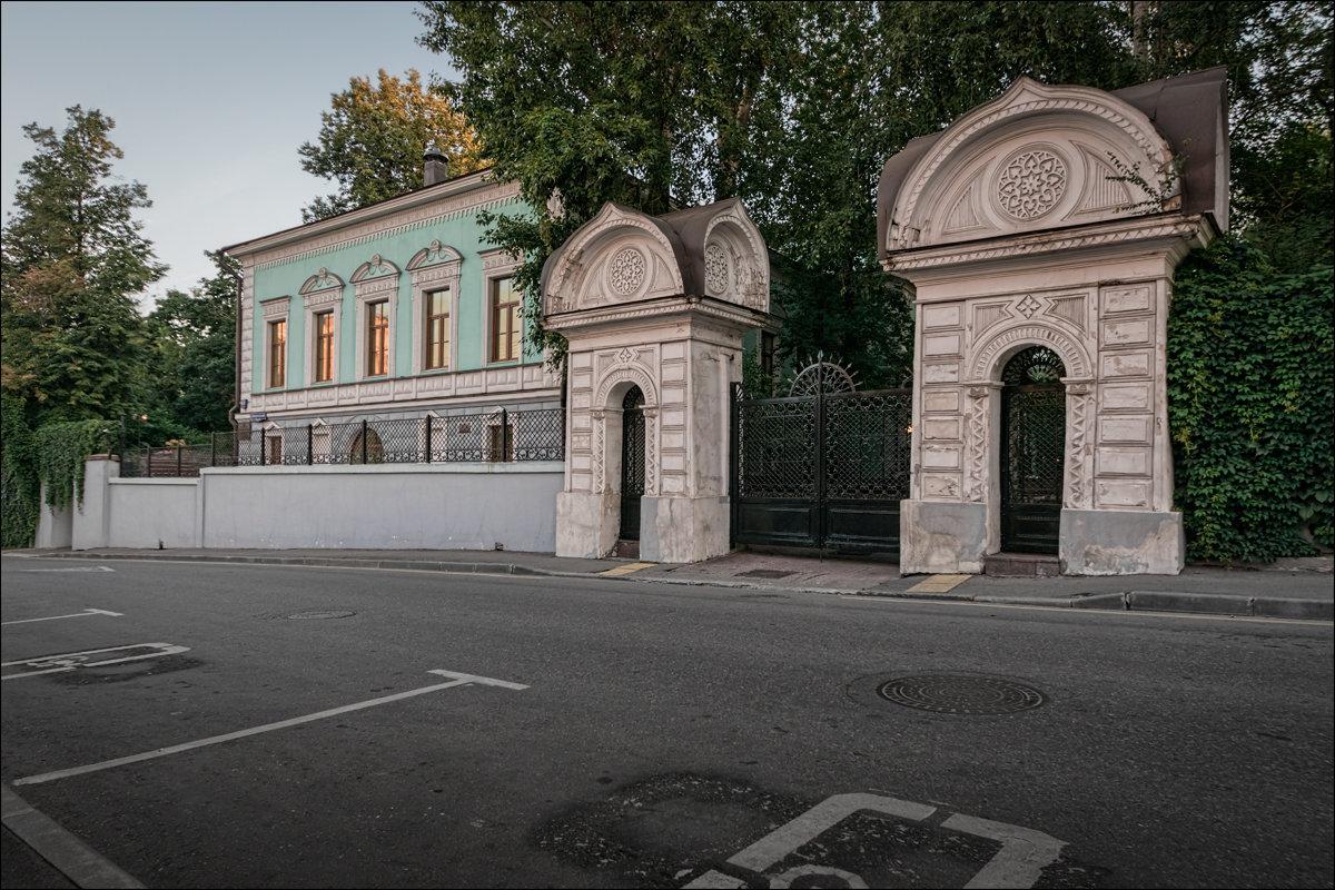 Большой Трёхсвятительский переулок - Олег Фролов
