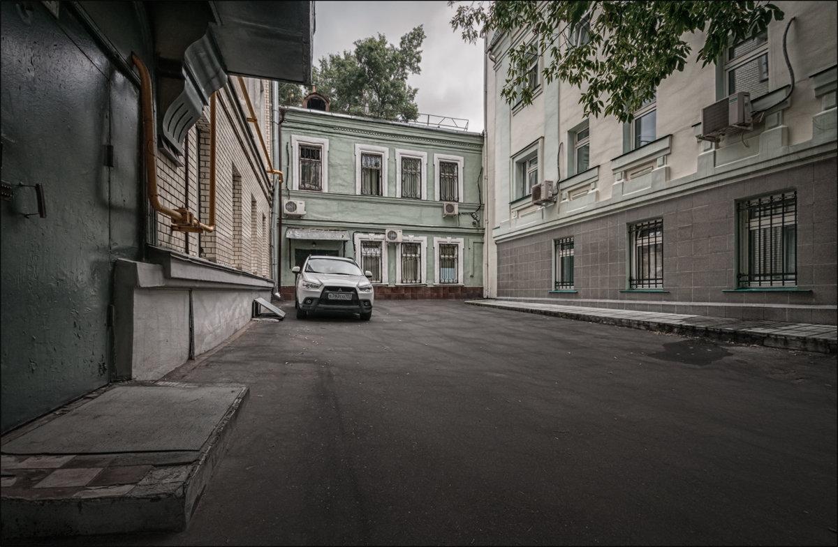 Московский дворик - Олег Фролов