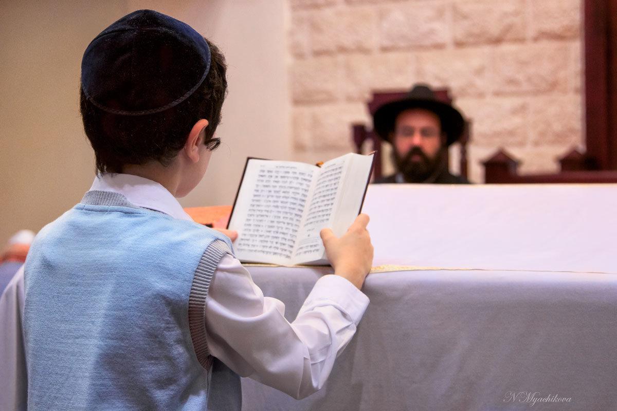 Чтение праздничной молитвы в Синагоге - Наталья Мячикова