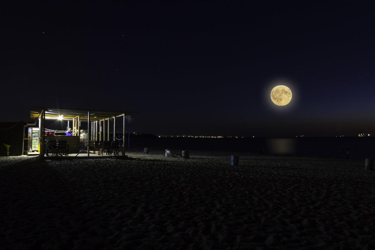 Ноччь, луна, кафе, море и где -то в дали Севастополь... - Александр Кореньков
