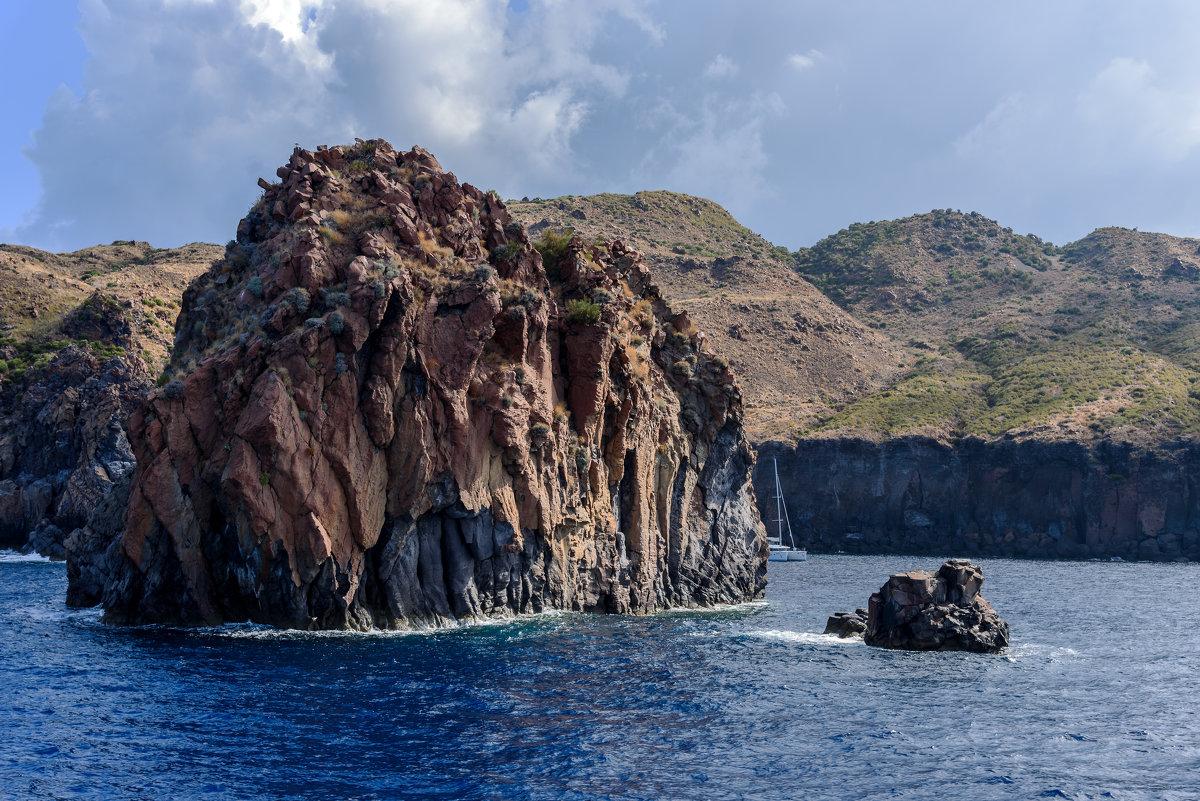 На подступах к острову Вулькано... - Виктор Льготин