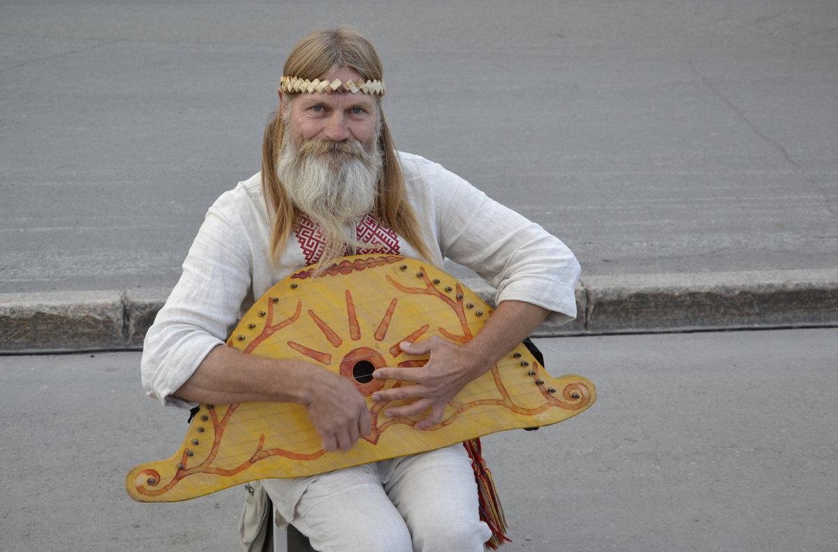 Музыкант играет на гуслях - Иван Перенец