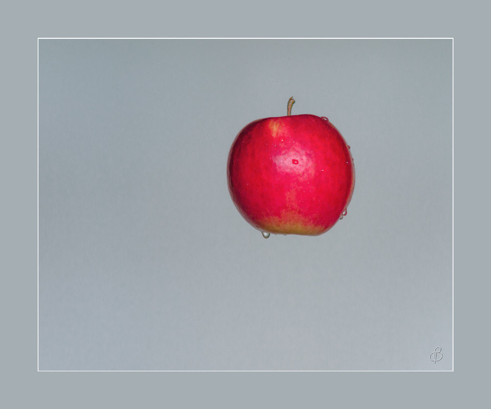 Натюрморт с яблоком - Виталий