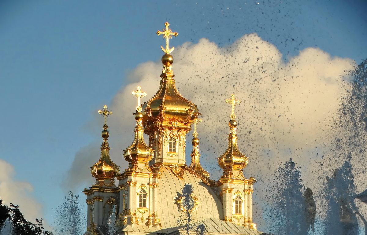 Церковь и водяные брызги большого фонтана. - Владимир Гилясев