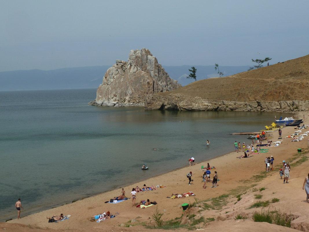 Пляж с юго-восточной стороны скалы Шаманки - Галина
