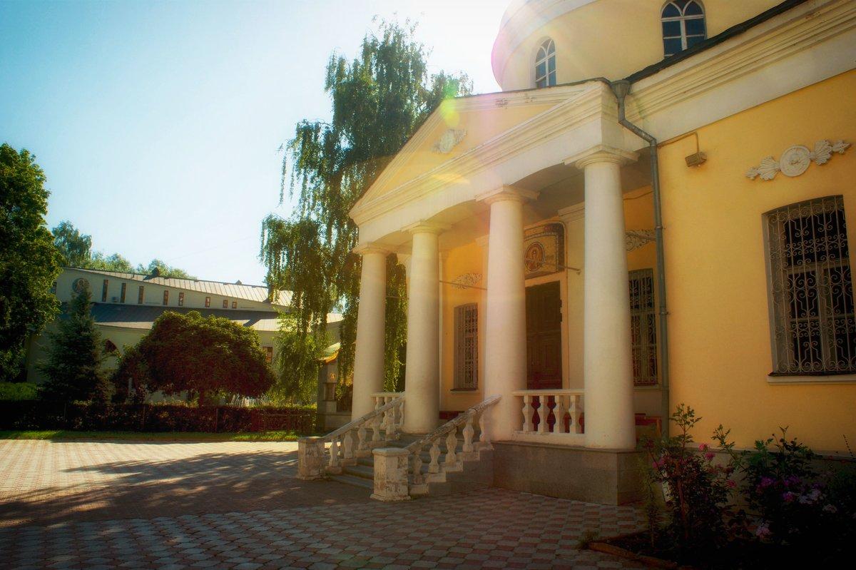Дворик церкви Зосима и Савватия - Екатерррина Полунина