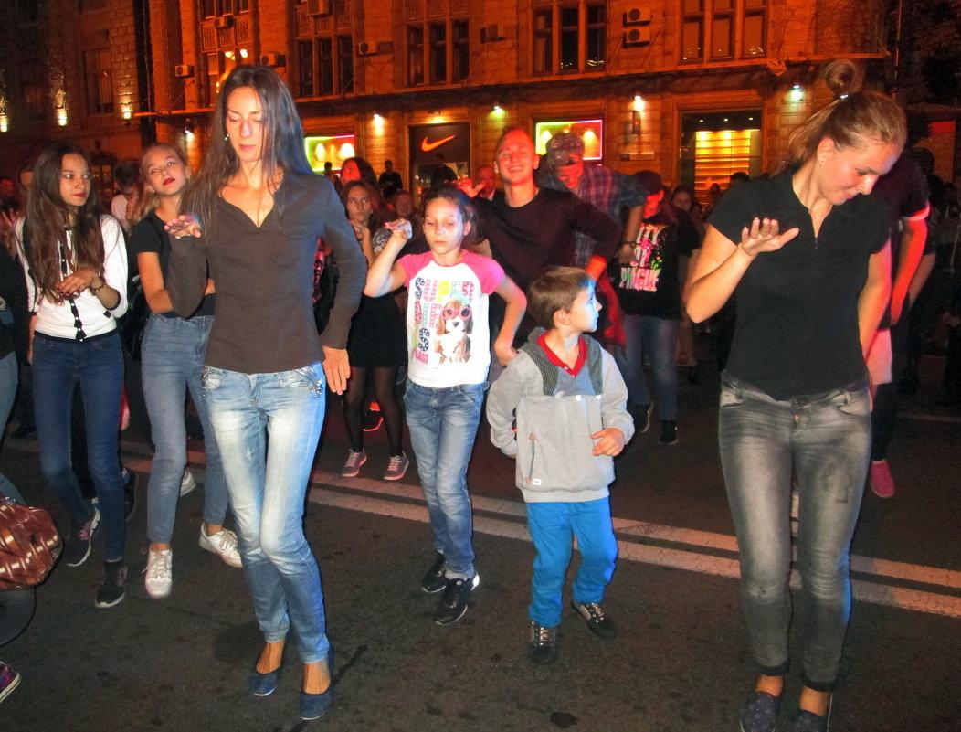 Танцы на улице - Ростислав