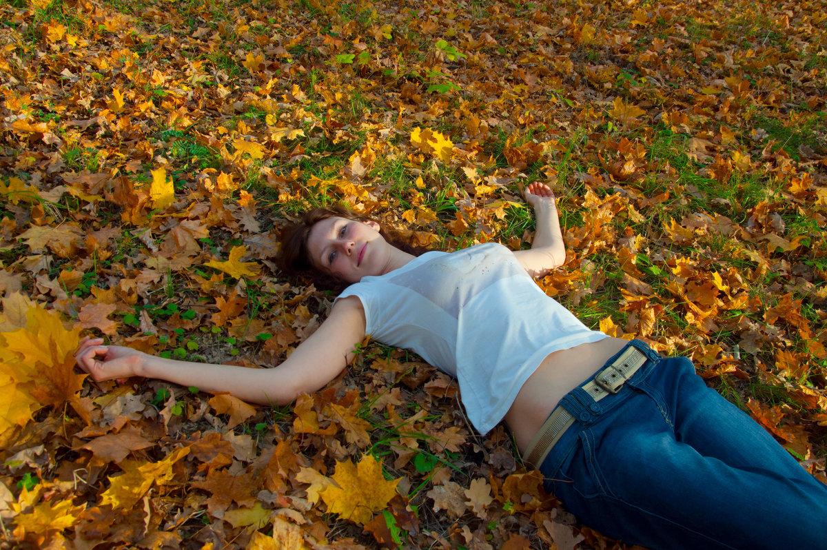 На ковре из желтых листьев - Albina