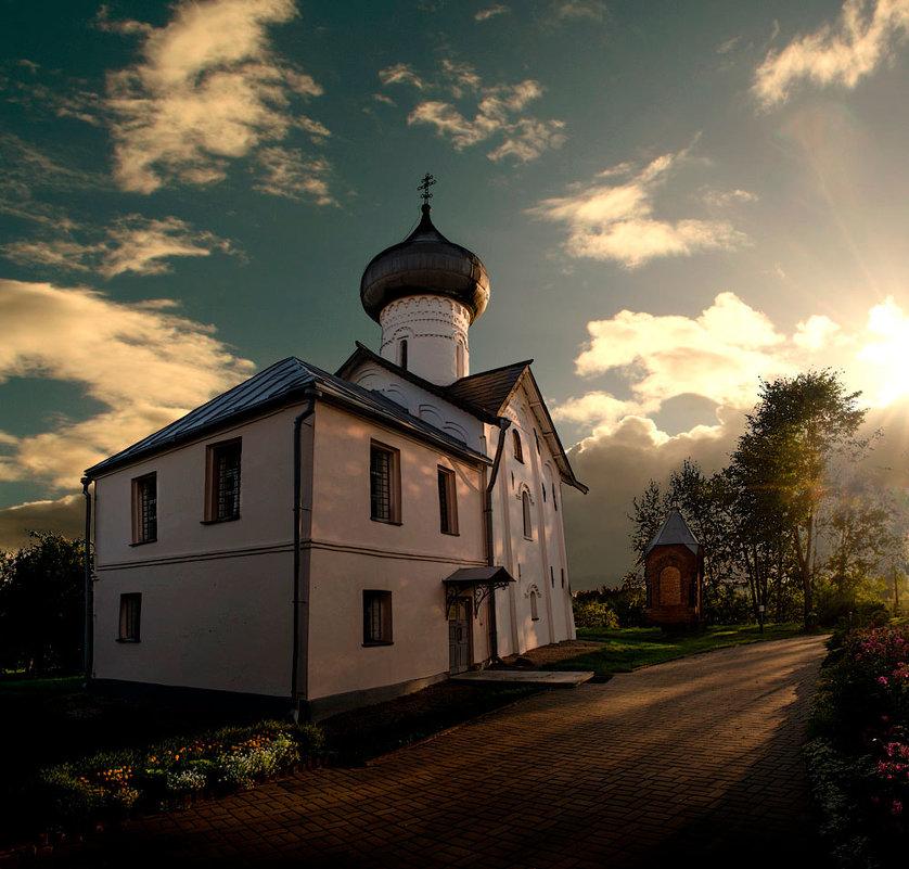 На рассвете в бывшем монастыре - Павел