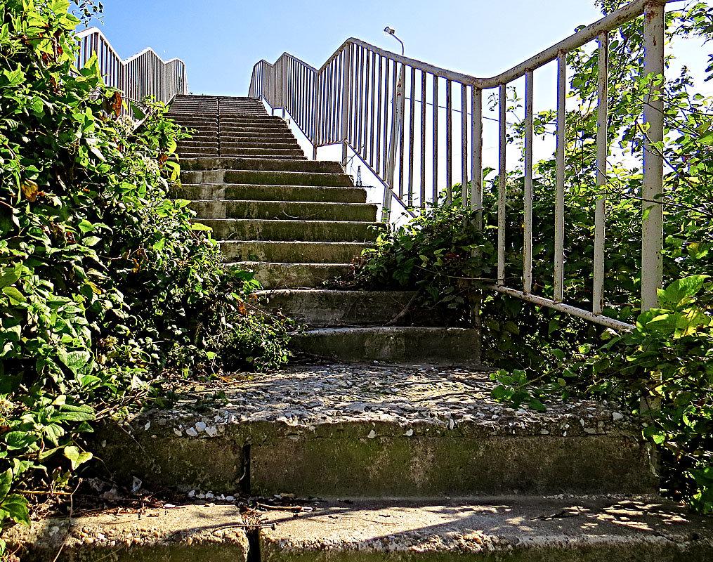 Старая лестница на мост через дорогу - Валерий Дворников