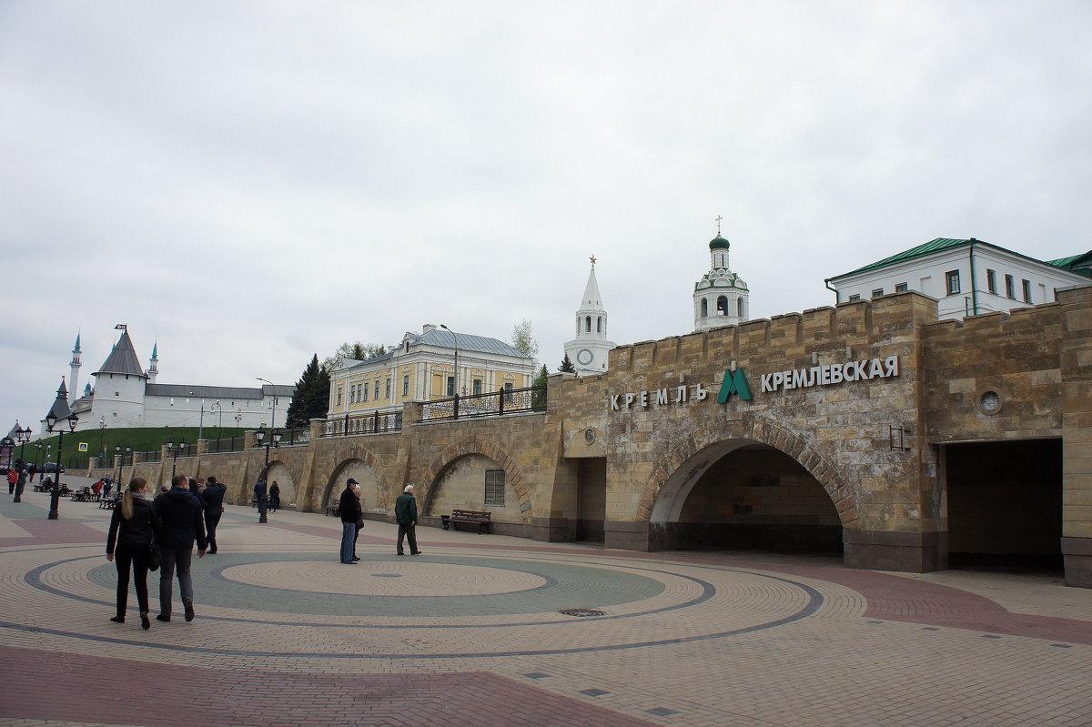 Начало улицы Баумана со входом в южный вестибюль станции метро «Кремлёвская» - Елена Павлова (Смолова)