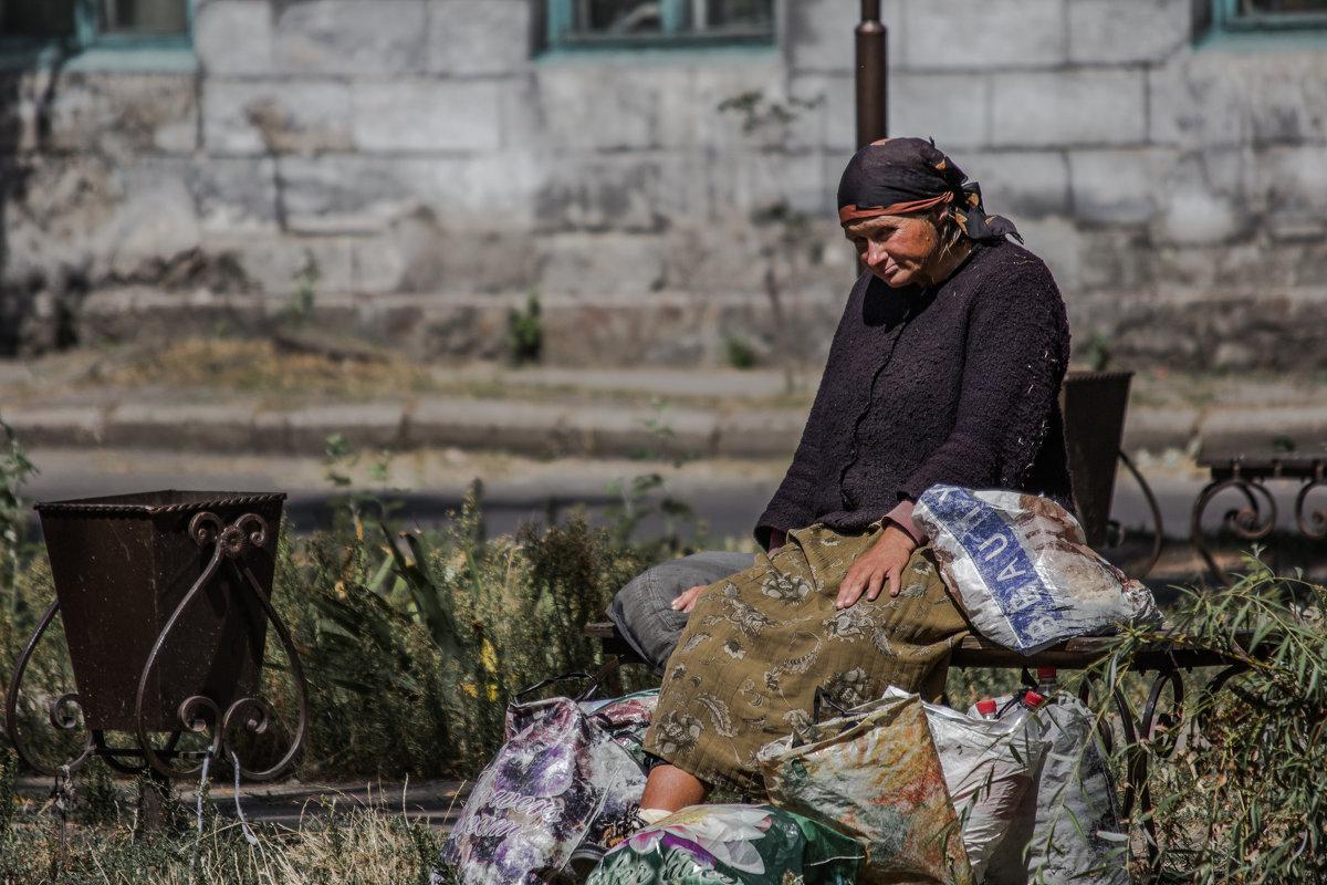 Старушка и сумки - Artem Zelenyuk