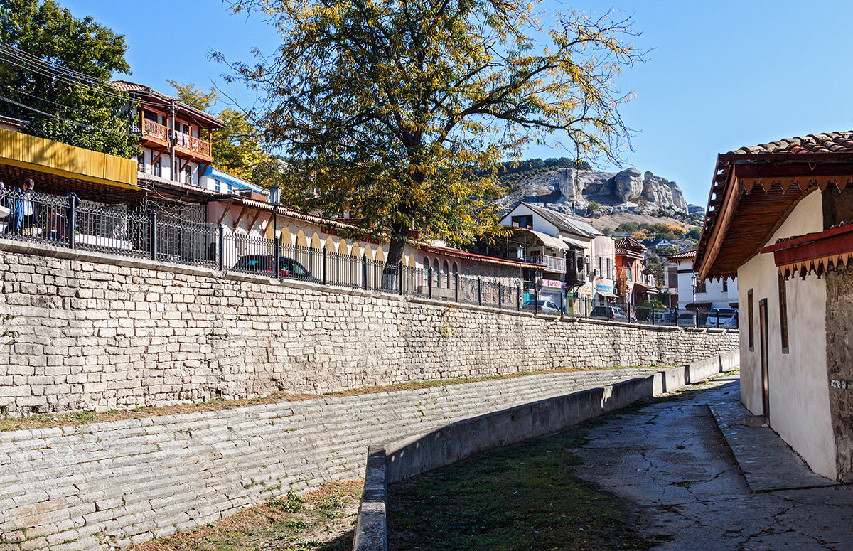 Прогулка по старым улочкам вдоль высохшей реки - Юрий Яловенко