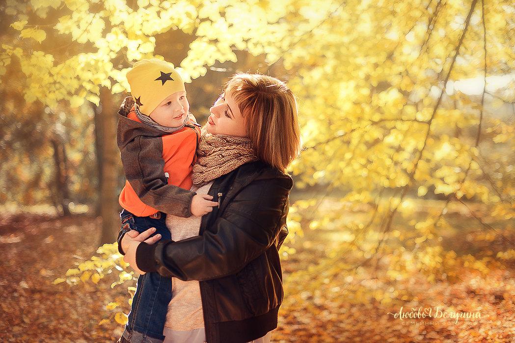 Мама с сыном на прогулке - Любовь Белугина