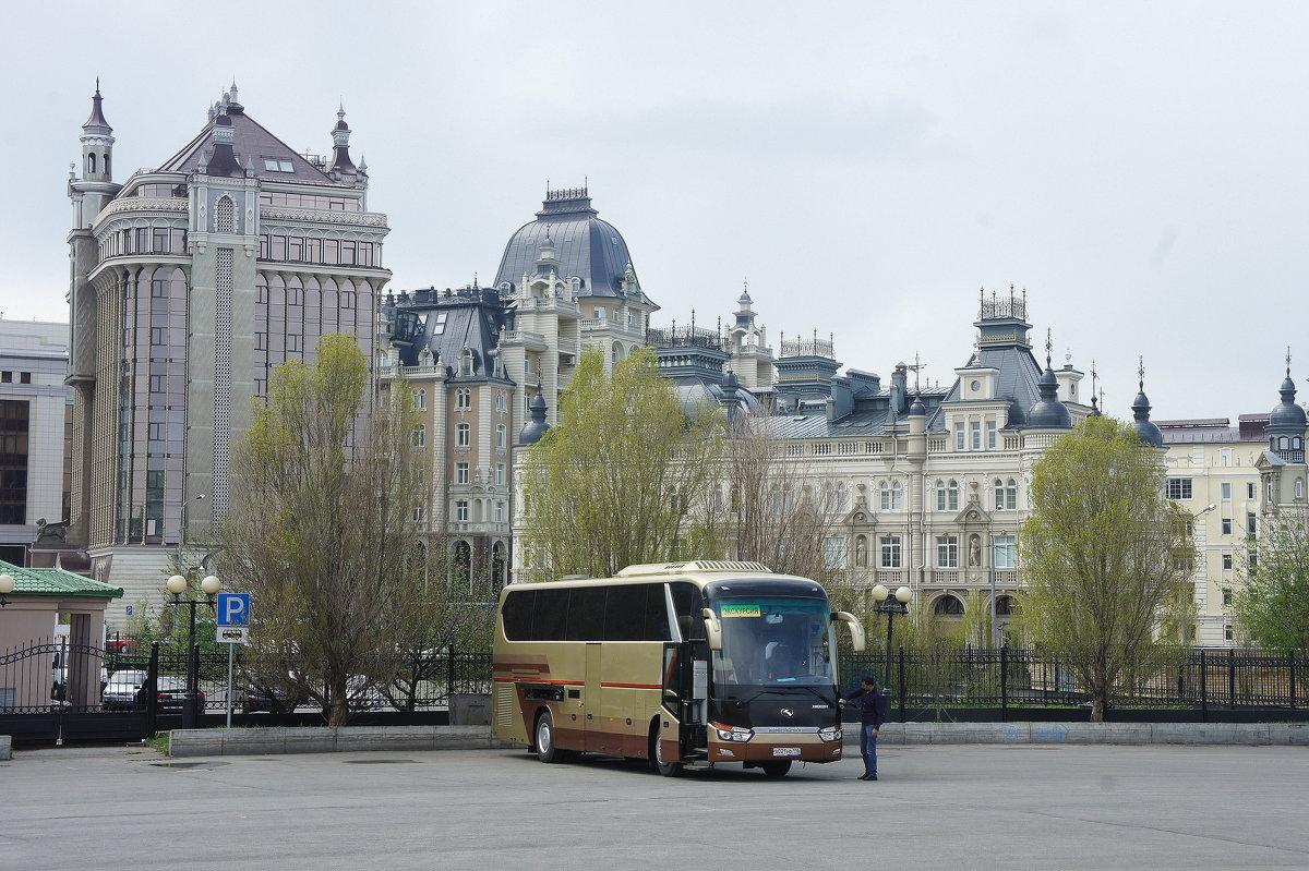 Вид на новое здание (ул. Касаткина, 15)  и жилой комплекс «Ренессанс» с площади Султан-Галиева - Елена Павлова (Смолова)