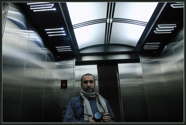 В лифте, отражение - Алексей Хвастунов