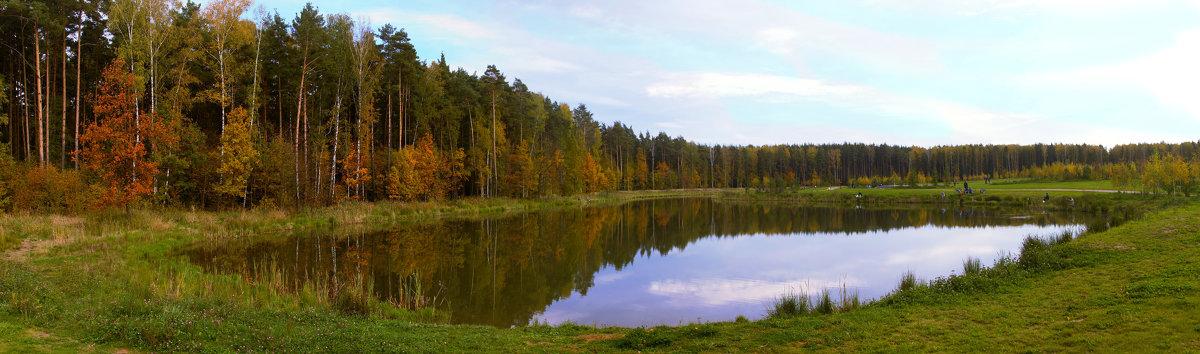 Осень. Сказочный чертог, Всем открытый для обзора. Просеки лесных дорог, Заглядевшихся в озера. - Yuri Chudnovetz