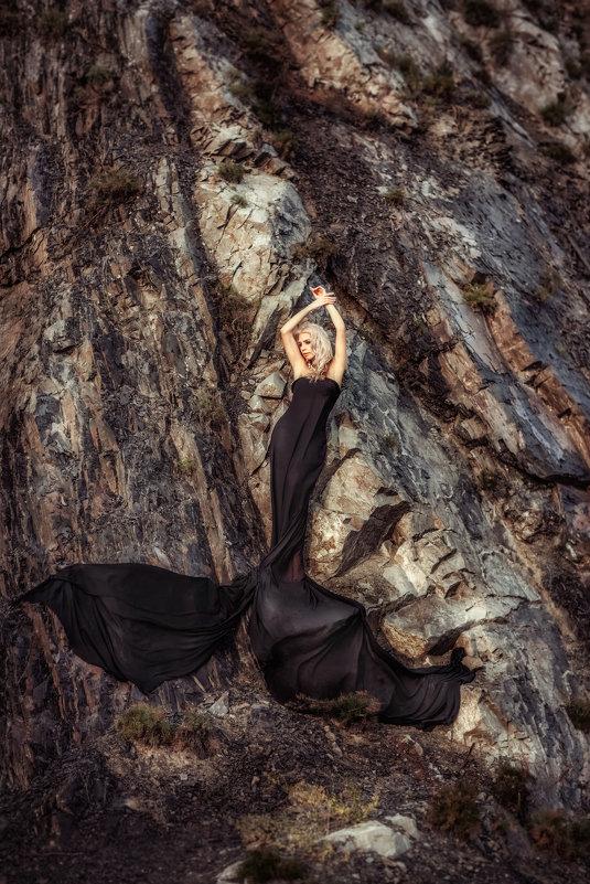Девушка в черном на скалах - Ольга Невская