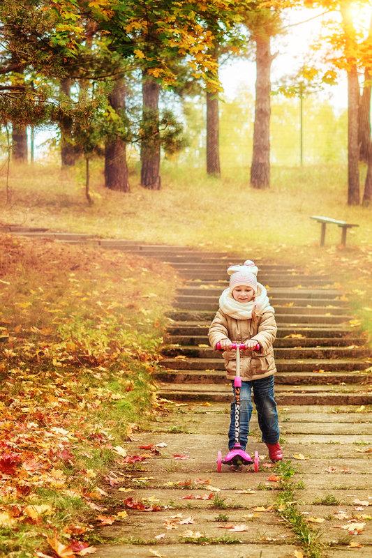 осень, девочка и самокат - Tatsiana Latushko