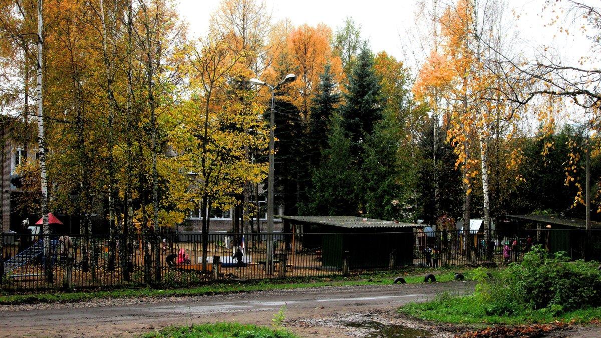 Осенний дворик. - Sergey Serebrykov