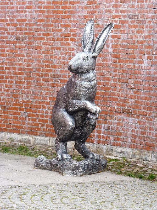 Скульптура зайца на территории Петропавловской крепости, Санкт-Петербург. - Galina Leskova