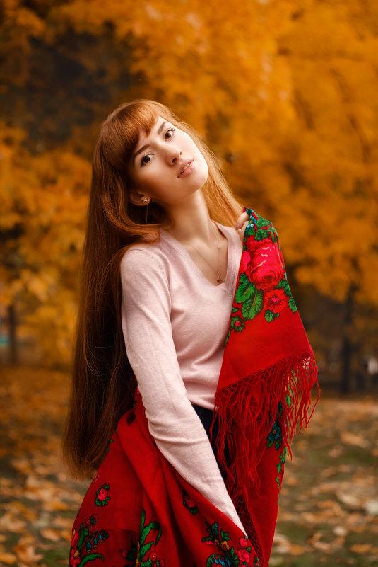 Девушка с платком гуляет в осеннем парке - Алена Зингер