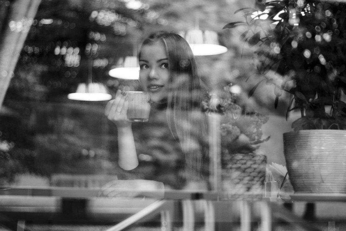 Девушка в кафе - Алена Зингер