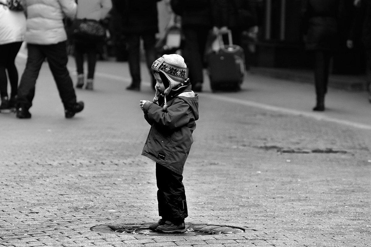 Куда уходит детство, в какие города, И где найти нам средство, Чтоб вновь попасть туда. - Егор Егоров