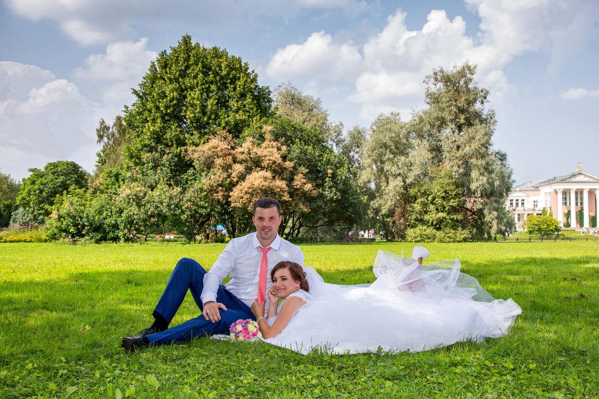 молодожены на траве, свадебная прогулка в ботаническом саду - Егор Чеботаренко