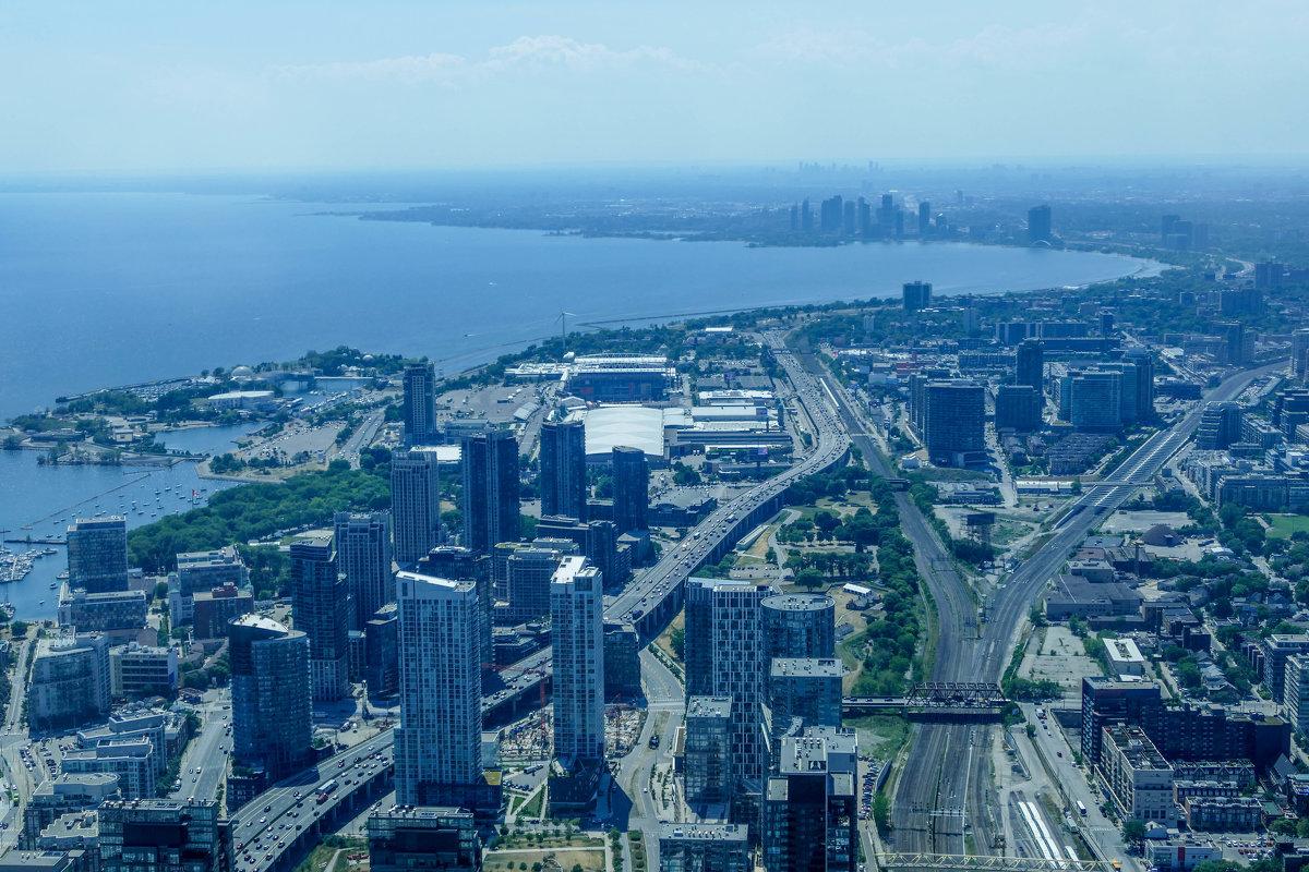 Вид на набережную и залив оз.Онтарио с телебашни CN (через стекло, Торонто) - Юрий Поляков