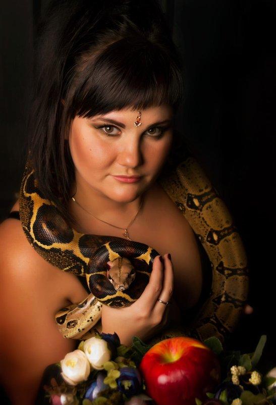 Где девушка развлекается со змеёй фото 92-797