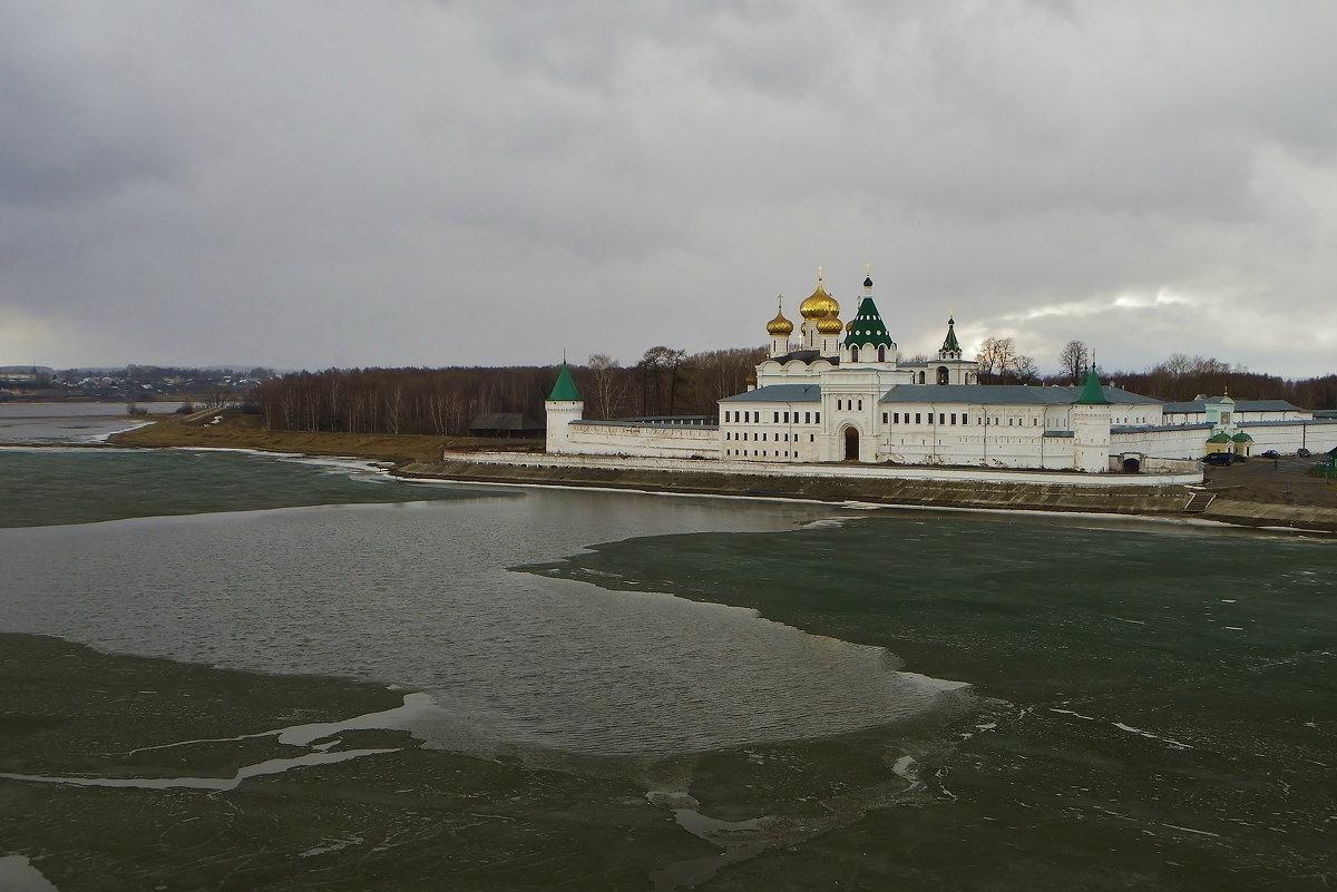 Лед тронулся, Ипатьевский монастырь, р. Кострома . - Святец Вячеслав