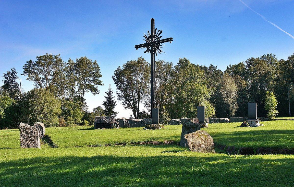 На вершине горы Синимяэ устроен мемориал сражавшимся в рядах СС национальным формированиям - Елена Павлова (Смолова)