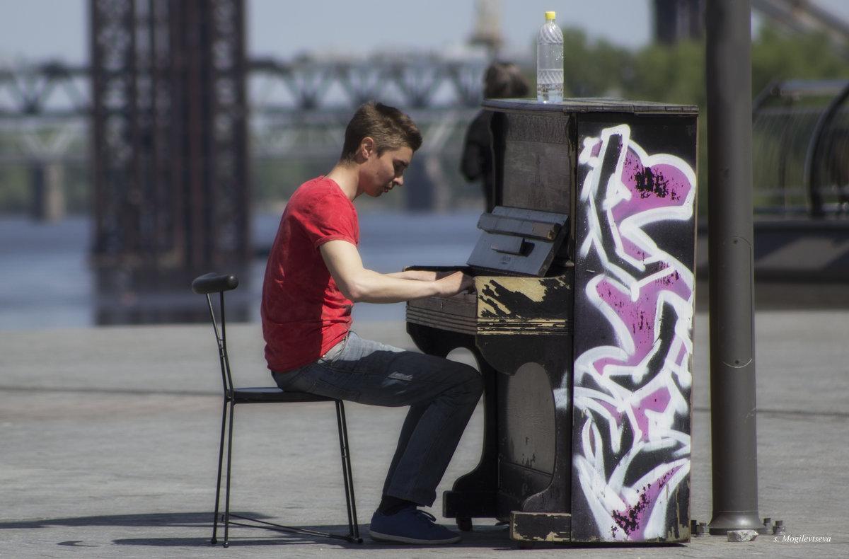 Пианист на площади. - Svetlana