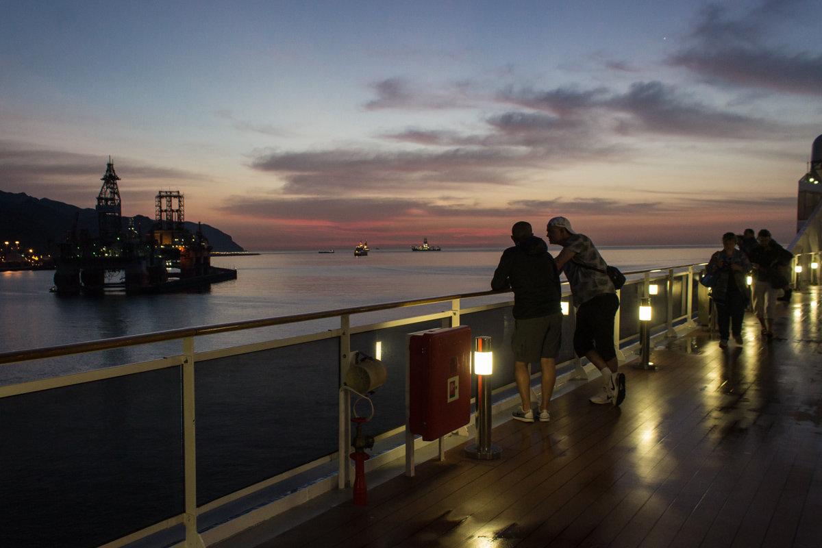 Ранним утром в акватории порта Санта-Круз-де-Тенерифе. - Надежда