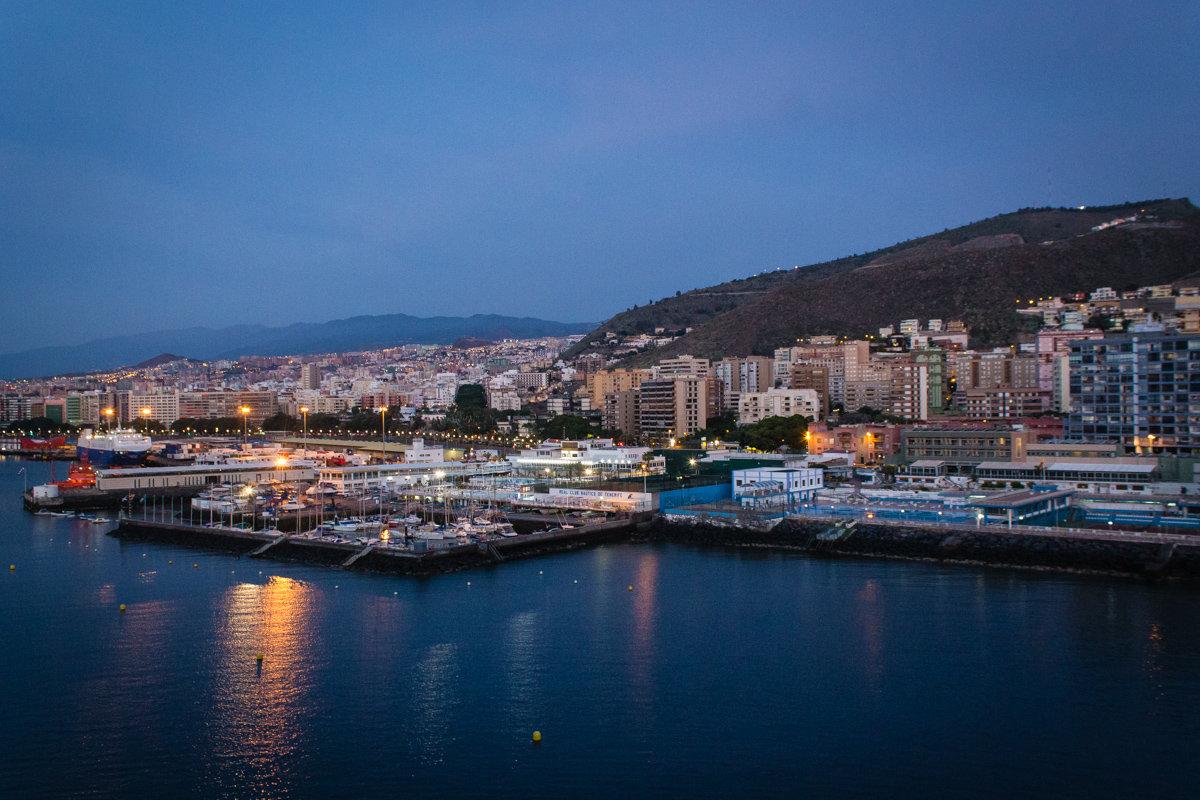 Санта-Круз-де-Тенерифе. Вид на город и порт с палубы круизного лайнера. - Надежда