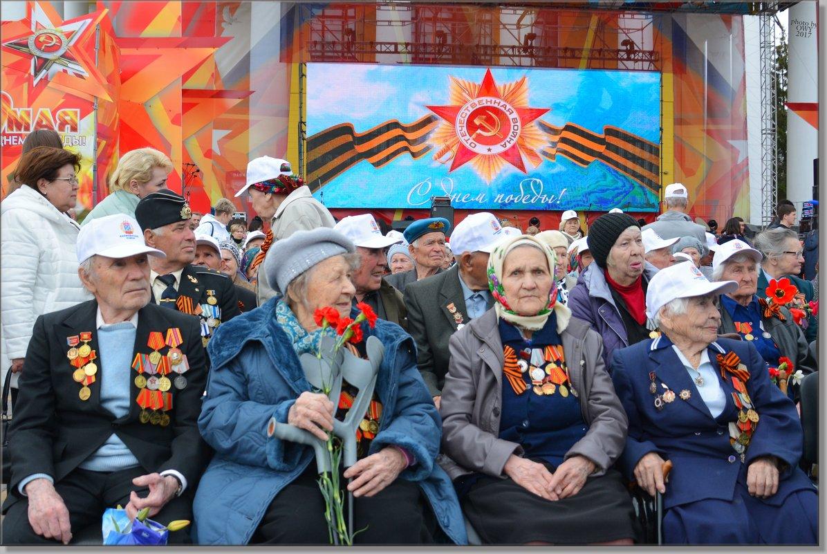 Ветераны в ожидании парада в честь Дня победы над Немецко фашистскими захватчиками в ВОВ 1941-1945 г - Юрий Ефимов