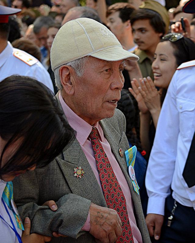 Ветеран с внучкой - Асылбек Айманов