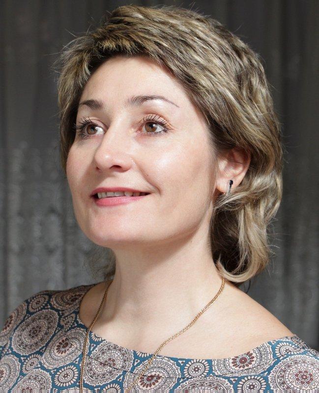 портрет с одним источником света и отражателем с поворотом головы на три четверти - Ирина