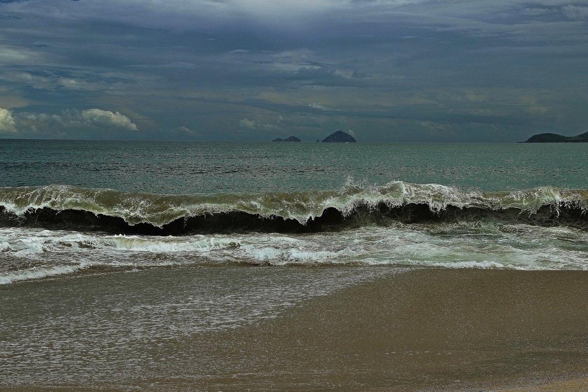 Взгляните-ка на океан, разве это не живое существо? Порою гневное, порою нежное!!! - Вадим Якушев