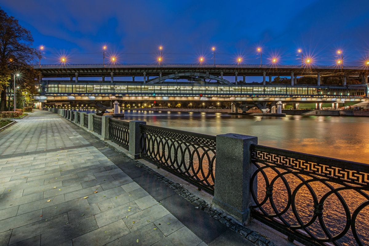 Лужнецкий мост (метромост) на Воробьевых горах. Москва (вечер) - Борис Гольдберг