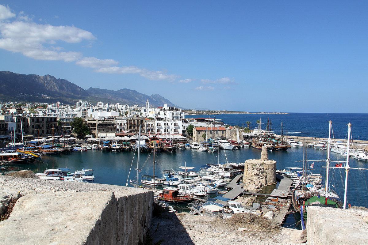 Вид на Киренийскую яхтенную марину с крепостной стены - Елена Даньшина